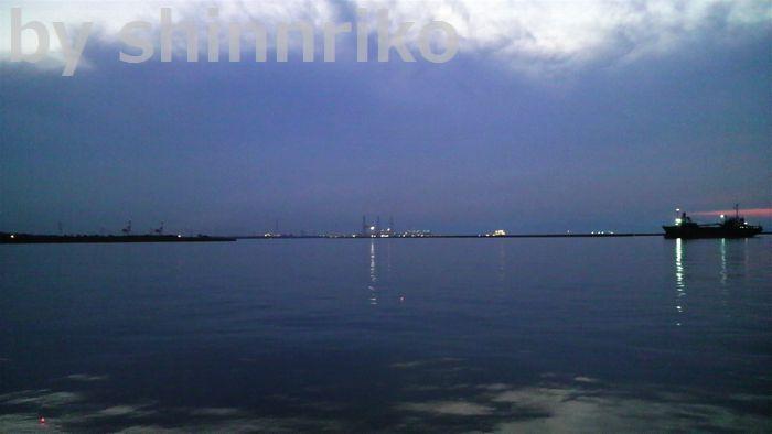 夕闇がせまる日吉原埠頭。やっと風が・・・