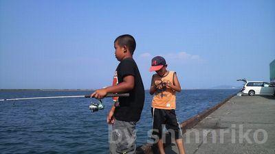 五目釣りを始めた少年