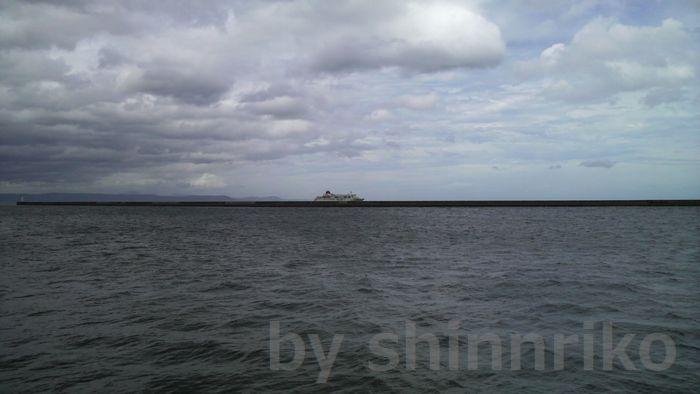 台風の空。写っているのはチャーター船『ふじ丸』です