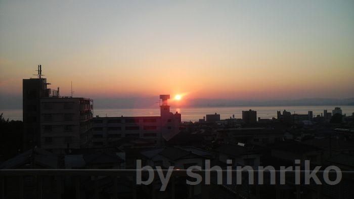 病院から望む朝日。朝日が昇るあたりが大在です。