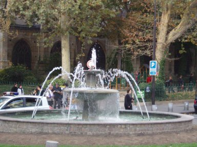 St, Medard教会前の噴水downsize