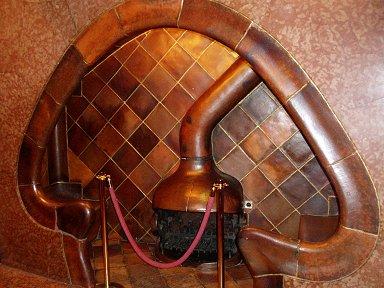 きのこみたいなCasa Batlioの暖炉downsize