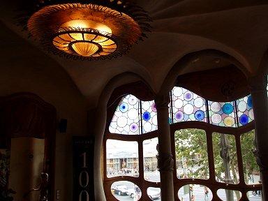 Casa Batlioのぬめりとしたフォルムの窓と灯downsize
