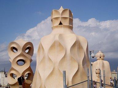 古代の彫像のようなCasa Milaの換気塔downsize
