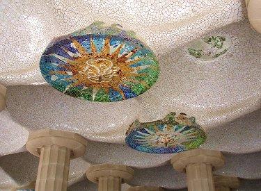 天井を見上げるとモザイクが美しいParc GuellにてREVdownsize