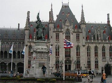 Grote Markt広場の銅像と市庁舎REVdownsize