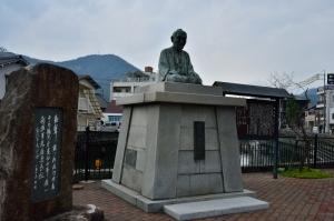 頼山陽の銅像と詩碑