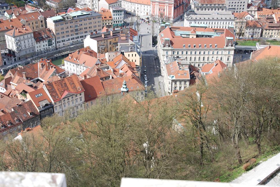 城から川と橋広場を眺める