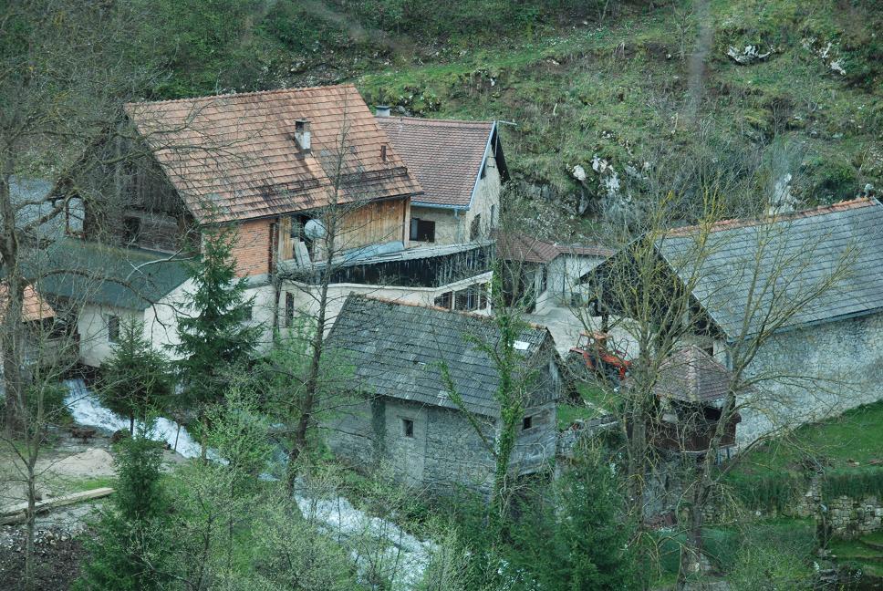 川の上に覆いかぶさるように家が建っている