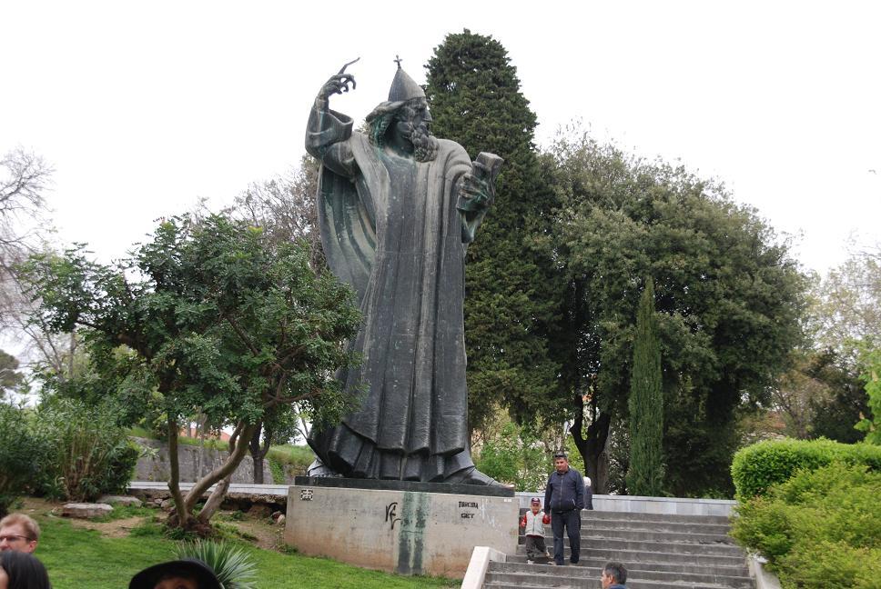 グルグール司教像