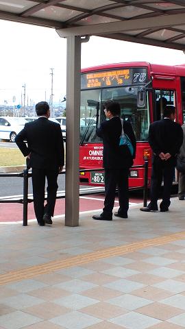 最寄り駅からバスで移動