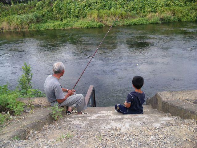爺ちゃんと孫の釣りの風景
