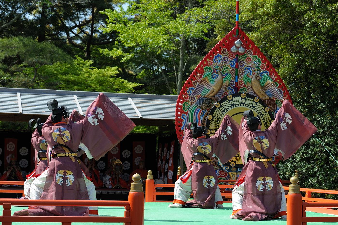 伊勢神宮の春季神楽祭の男性数人