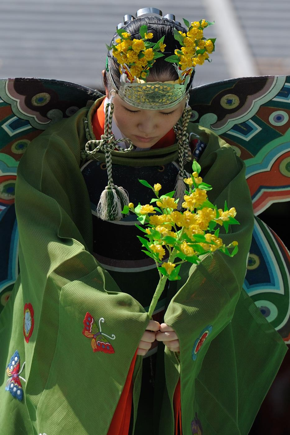 伊勢神宮の春季神楽祭の女性