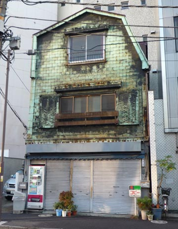 須田町1 腰折屋根の銅板建築①