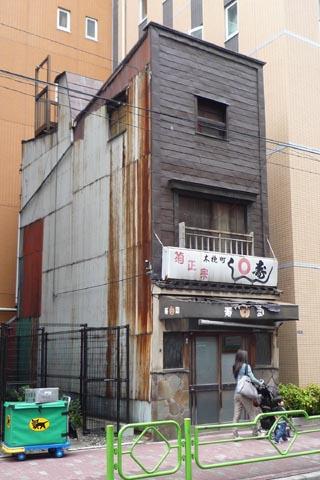 酒蔵秩父錦近くの銅板張建物