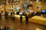 14-かまぼこ博物館で体験している人たちと見学者たち