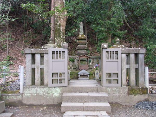 2011217yoritomonohaka1.jpg