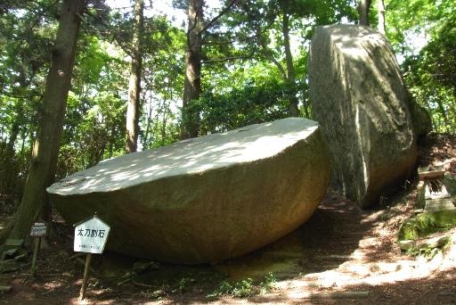 不思議な太刀割石