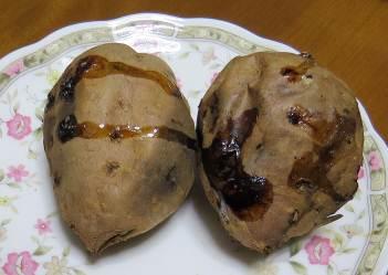 箸で刺された焼き芋