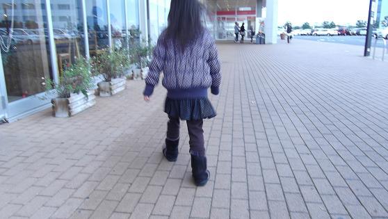 娘の後ろ姿