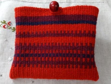 手織りのポーチ