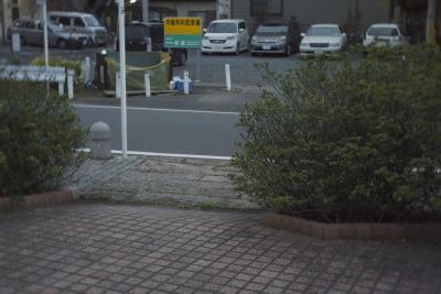 道路を横切り黄色の看板の手前を左に流れる。