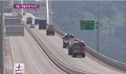 2014-11-5李舜臣大橋を通行中のトラック