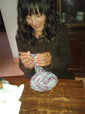 編み物を教わるイシ