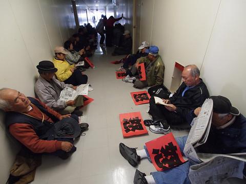 ダンボール箱が持ち込まれた日勝ち口守衛室を見張る市民