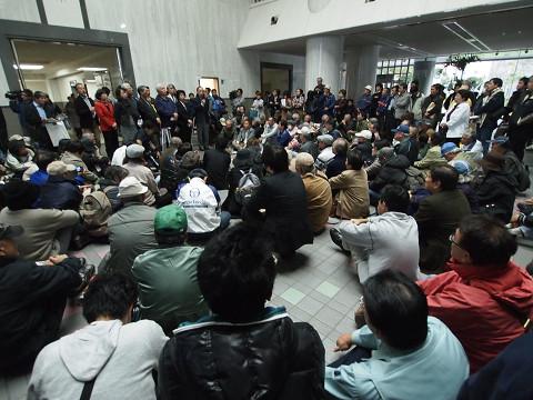 知事への抗議集会で国会議員団の抗議を聞く市民