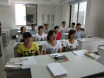 笑顔で勉強する研修生