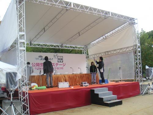 隣の公開生ステージ