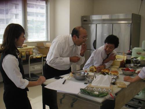 西沢リーダー試食中
