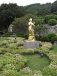 黄金に輝く銅像