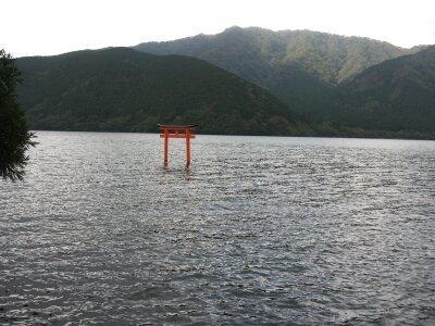 rich plum-湖に浮かぶ鳥居