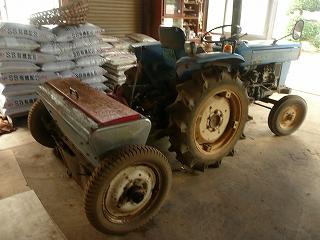 トラクタと肥料撒き機