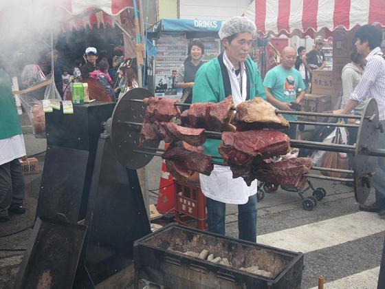 お肉焼いているオジサン、燻されちゃって大変そう。