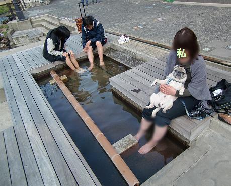 足湯中~、ぶっとい足はみないでね・・・^^;