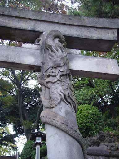 品川神社の鳥居の龍