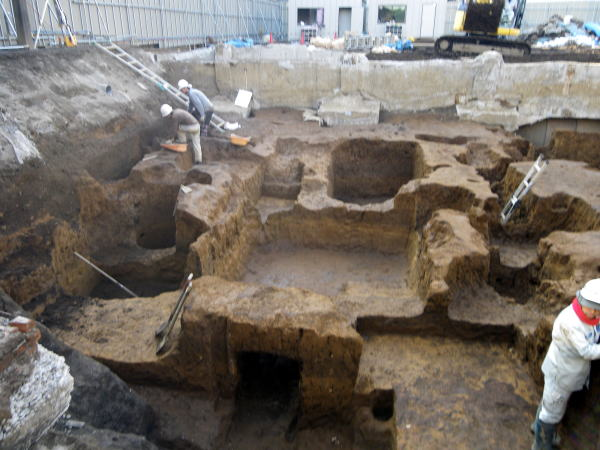 三栄遺跡 発掘中