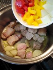 オイルににんにくの香りが移ったら野菜を投入!
