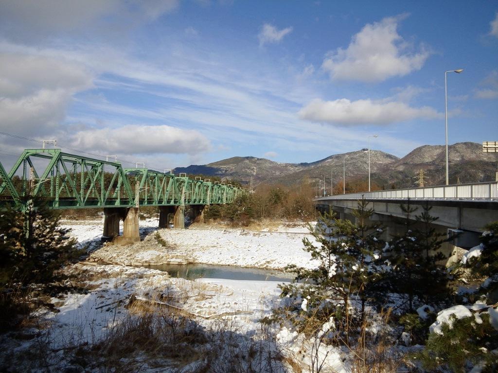 左:高瀬川橋梁(JR大糸線) / 右:高瀬上橋(R147)