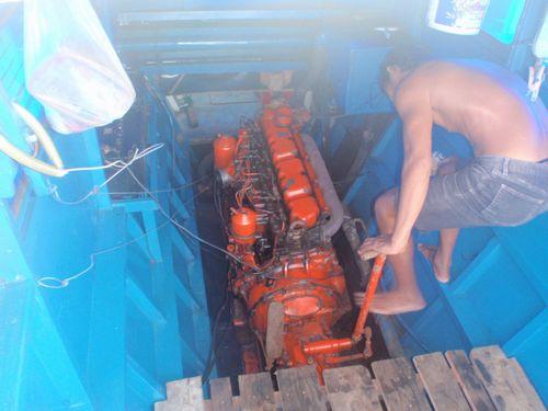 修理中のエンジン
