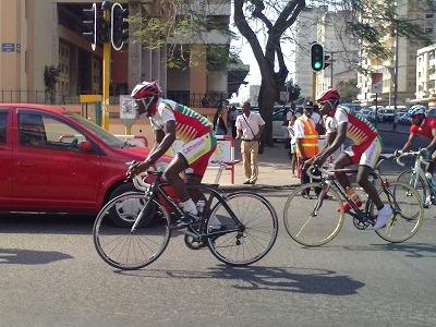 オールアフリカゲーム・マプト市内を疾走する自転車