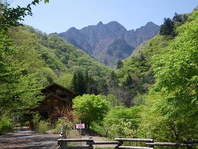 尾ノ内渓谷から見る両神山
