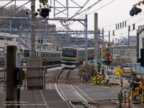 戸塚駅のホームから東海道踏切(通称:戸塚大踏切)を望む