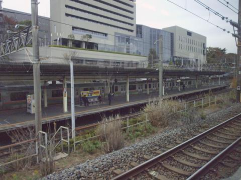 東海道本線の車窓から見た東戸塚駅の写真
