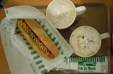 今日の昼食:プレーンドッグ(写真左)とキャラメルカフェオレ(写真右下)