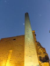 ライトアップのルクソール神殿 オベリスク